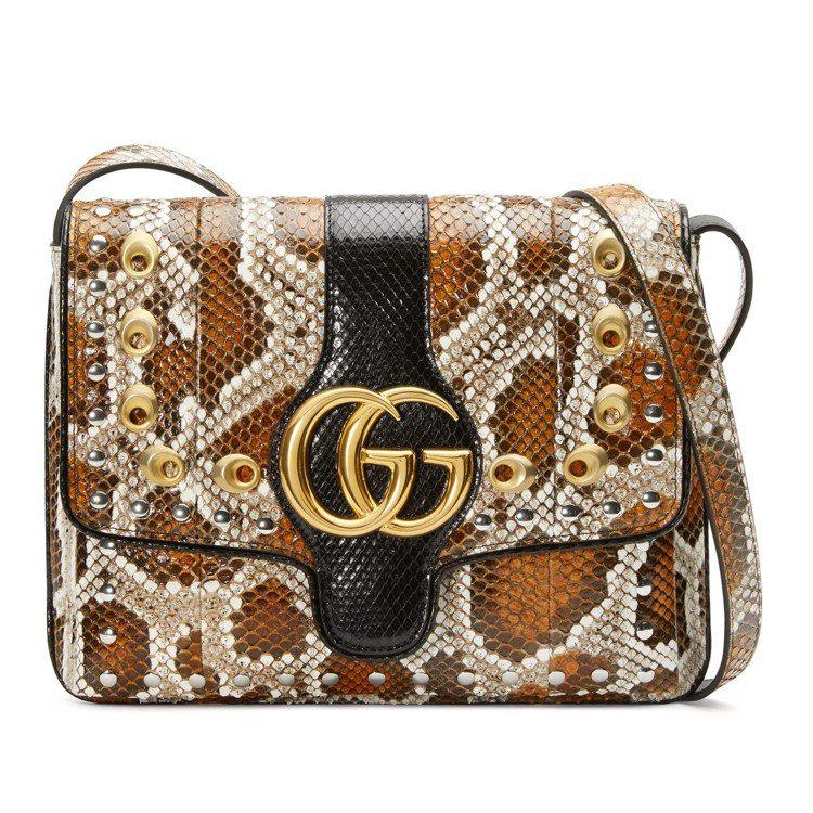 Arli蟒蛇皮與鉚釘裝飾肩背包16萬4,600元(全台限量一只)。圖/Gucci...