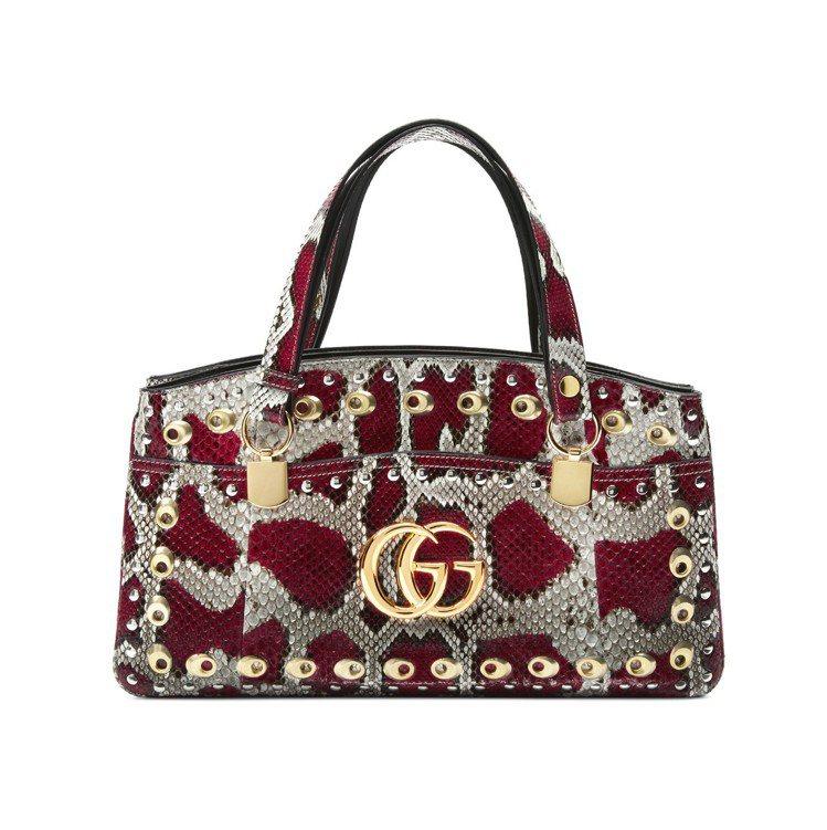 Arli蟒蛇皮與鉚釘裝飾提包,18萬3,200元(全台限量兩只)。圖/Gucci...