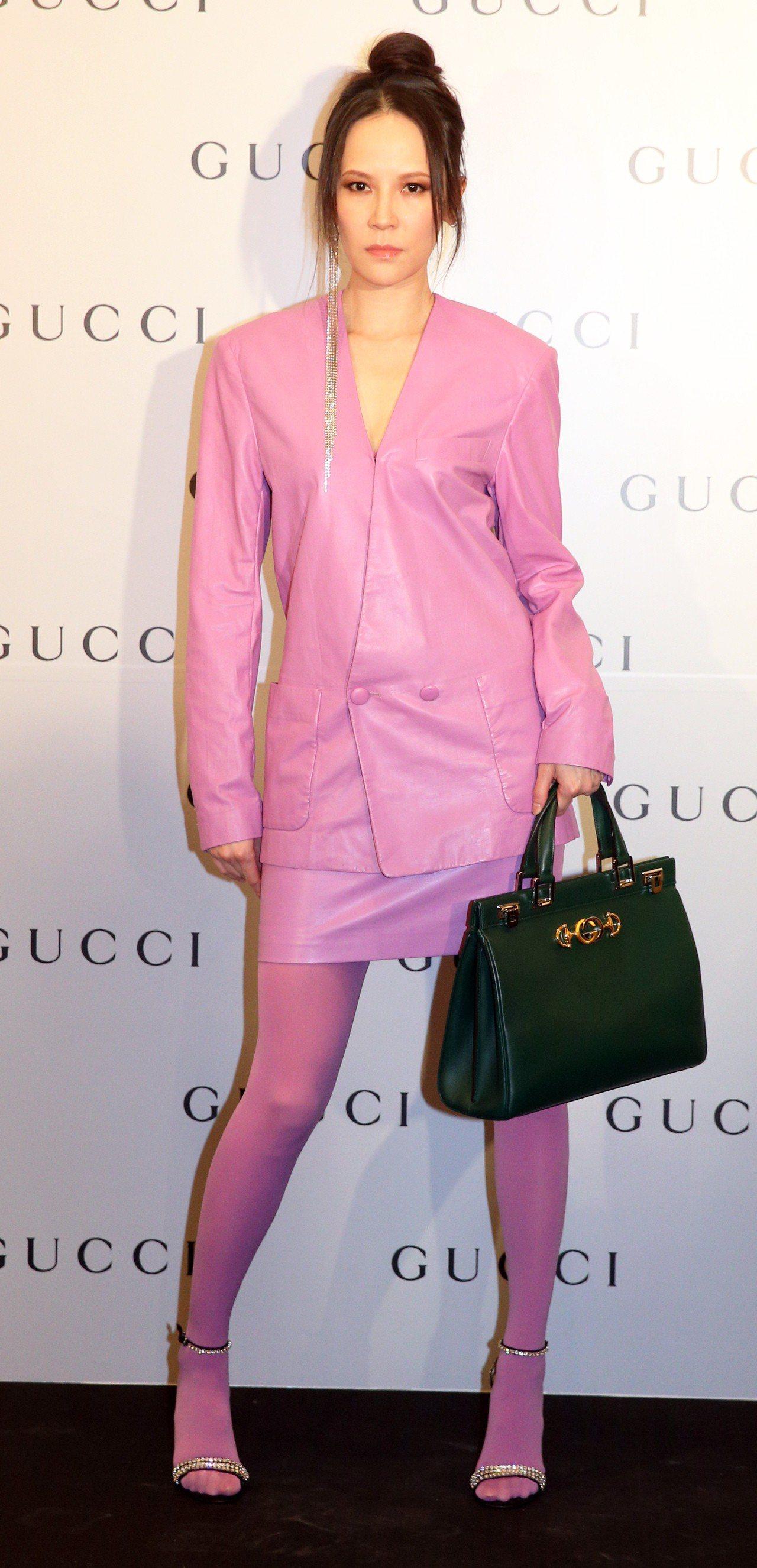 楊乃文以一身粉紫色的深V墊肩西裝裙裝現身,連襪子都是同色系,非常有八○年代感。記...