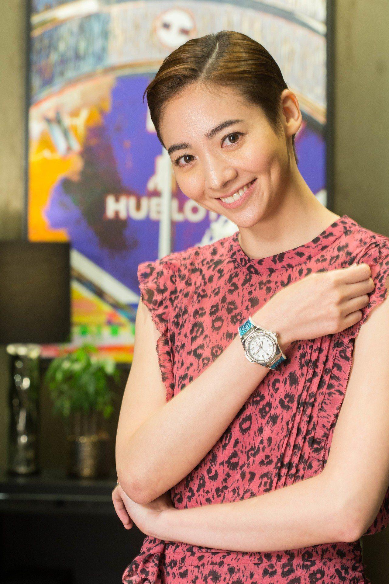 女星謝沛恩搭配了宇舶宇舶Big Bang One Click鑲鑽腕表,約45萬5...