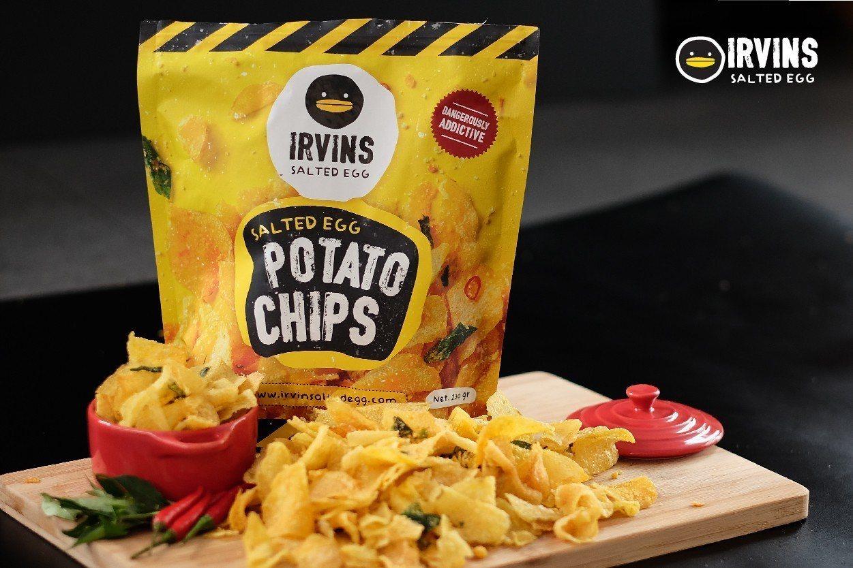 IRVINS鹹蛋黃洋芋片售價190元(小) 、380元(大)。圖/SOGO提供