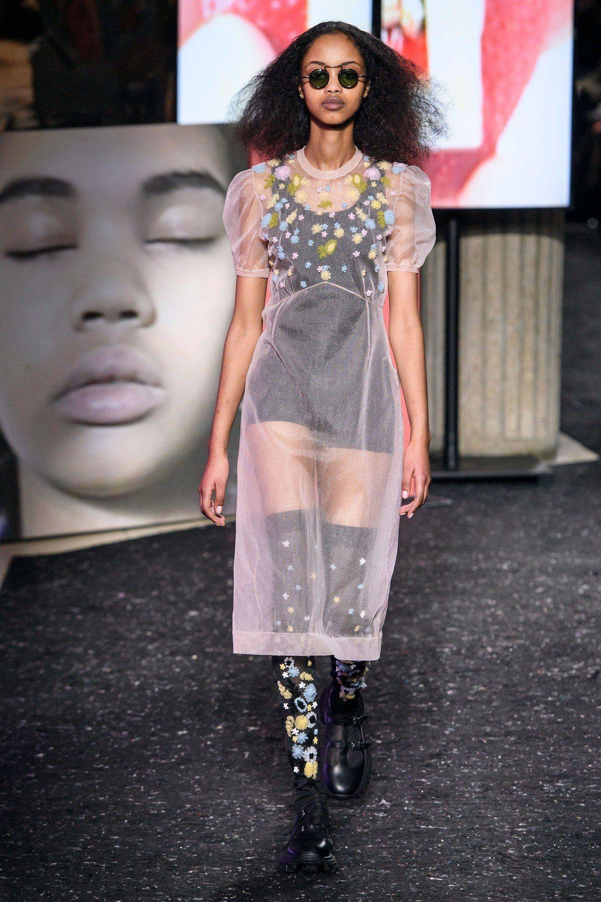 精緻透明的薄紗搭配花朵刺繡是本季重要元素,而造型墨鏡也不能少。圖/MIU MIU...