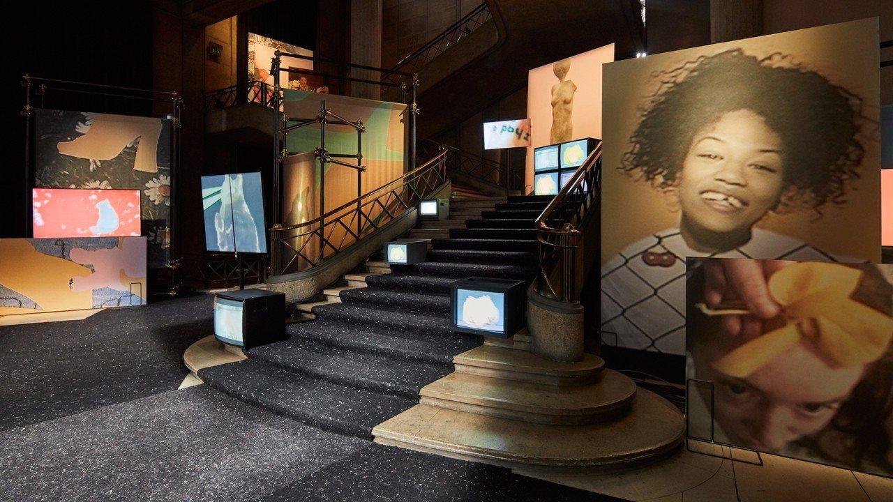 AMO將藝術家Sharna Osborne充滿活力的三維空間視覺拼貼充斥秀場。圖...