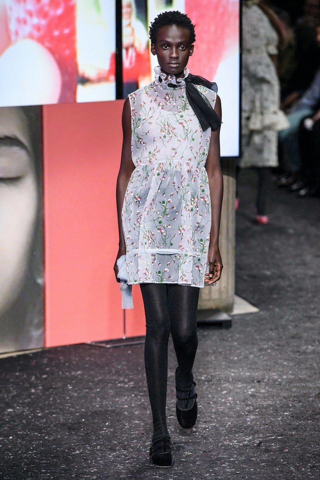 女性化的精緻透明的薄紗搭配花朵刺繡也是MIU MIU本季重要元素。圖/MIU M...