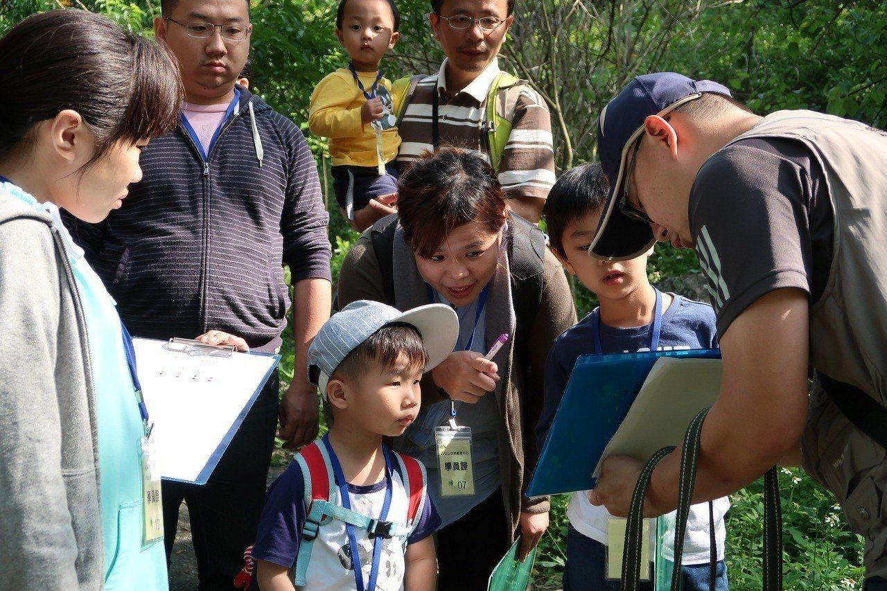 帶孩子一起探訪螢火蟲的棲地。圖/東勢林管處提供