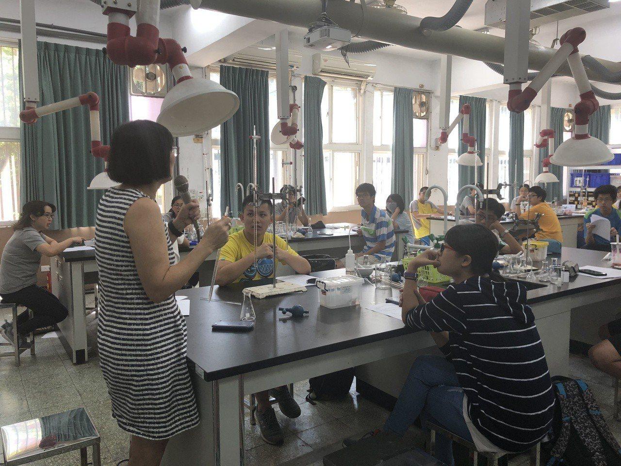 武陵高中科學班舉辦實驗大師講座,高三學生可提前進行個別研究、精進科學領域。圖/教...