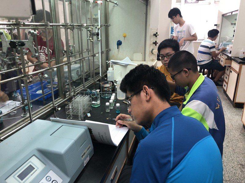 武陵高中科學班高三學生提前進入中央大學參與實驗,精進科學研究領域。圖/教育局提供