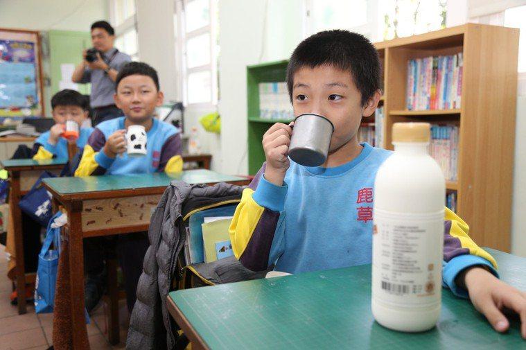 小朋友喝鮮奶。記者卜敏正/攝影