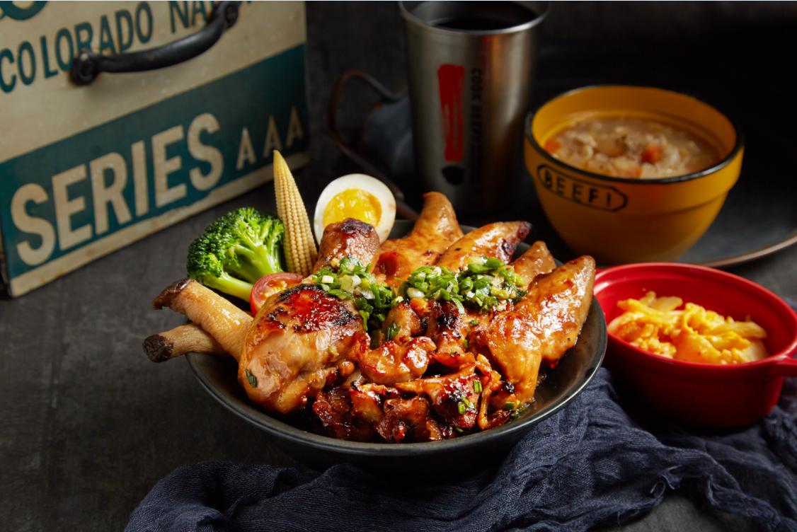 以雞腿、雞胸、雞軟骨入菜的霸王雞三寶丼,每份189元。圖/王品提供