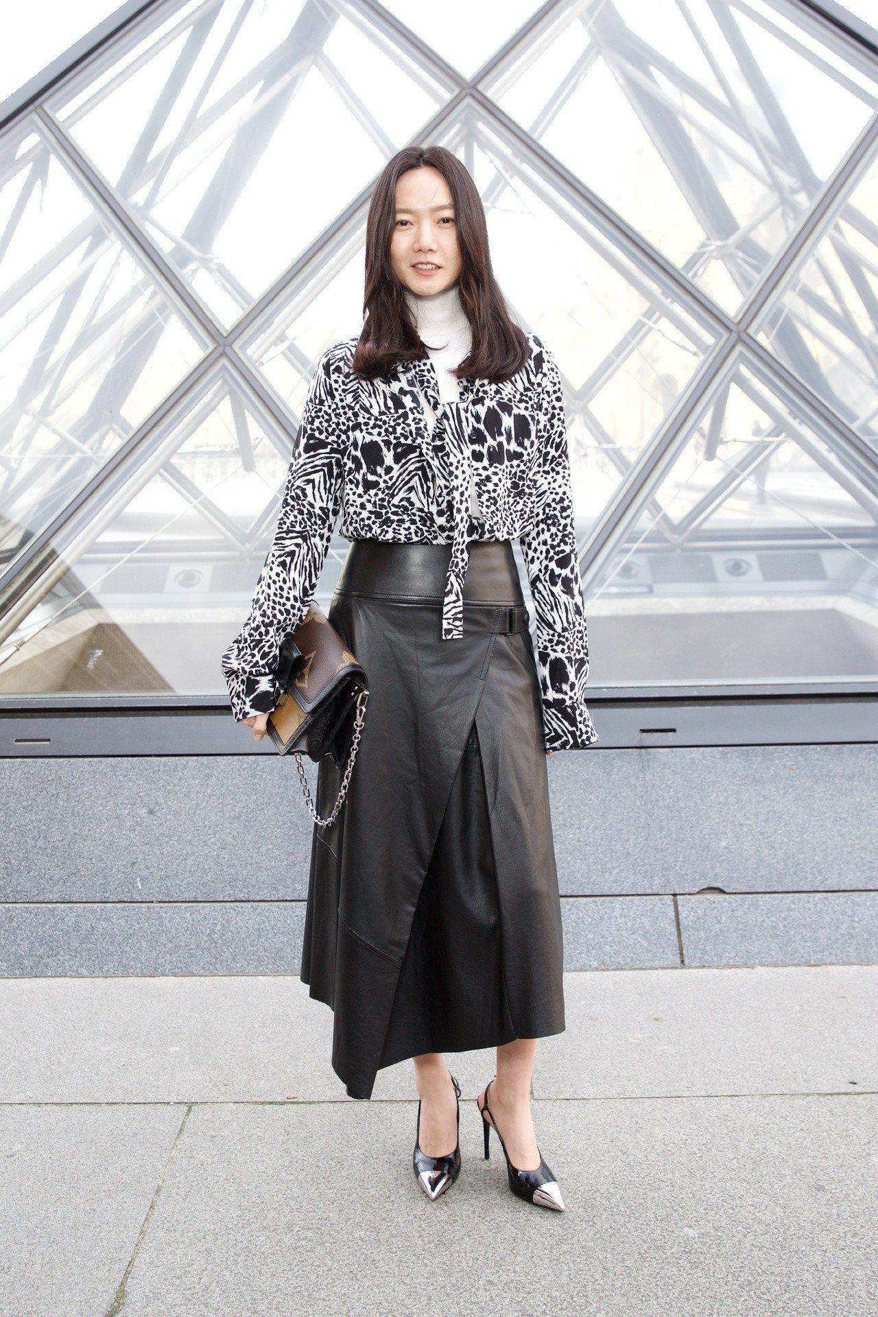 裴斗娜拎著Dauphine手袋駕輕就熟出席2019秋冬女裝發表。圖/LV提供