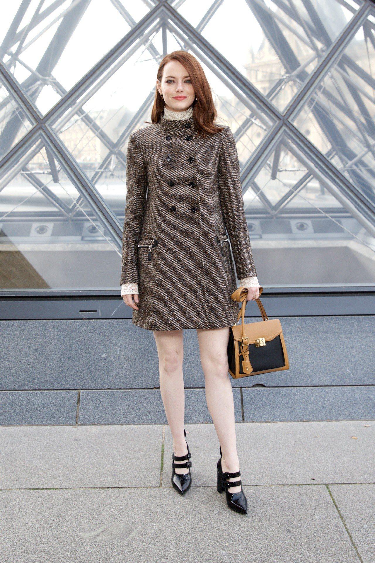艾瑪史東以優雅裙裝出席LV秋冬秀,搭配優雅彩妝相當迷人。圖/LV提供