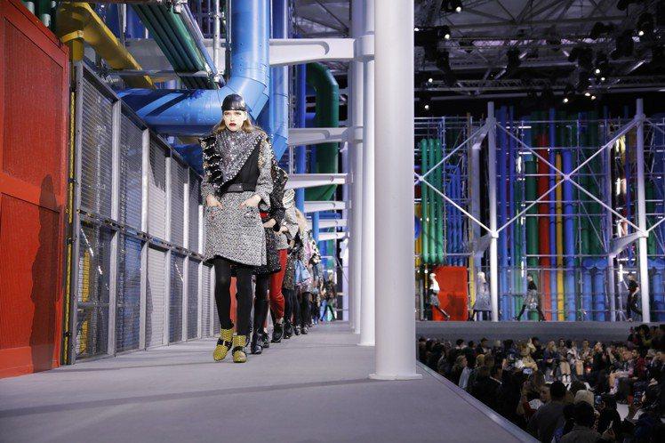 2019秋冬女裝洋溢著濃郁的八○年代樣貌與工業風。圖/LV提供
