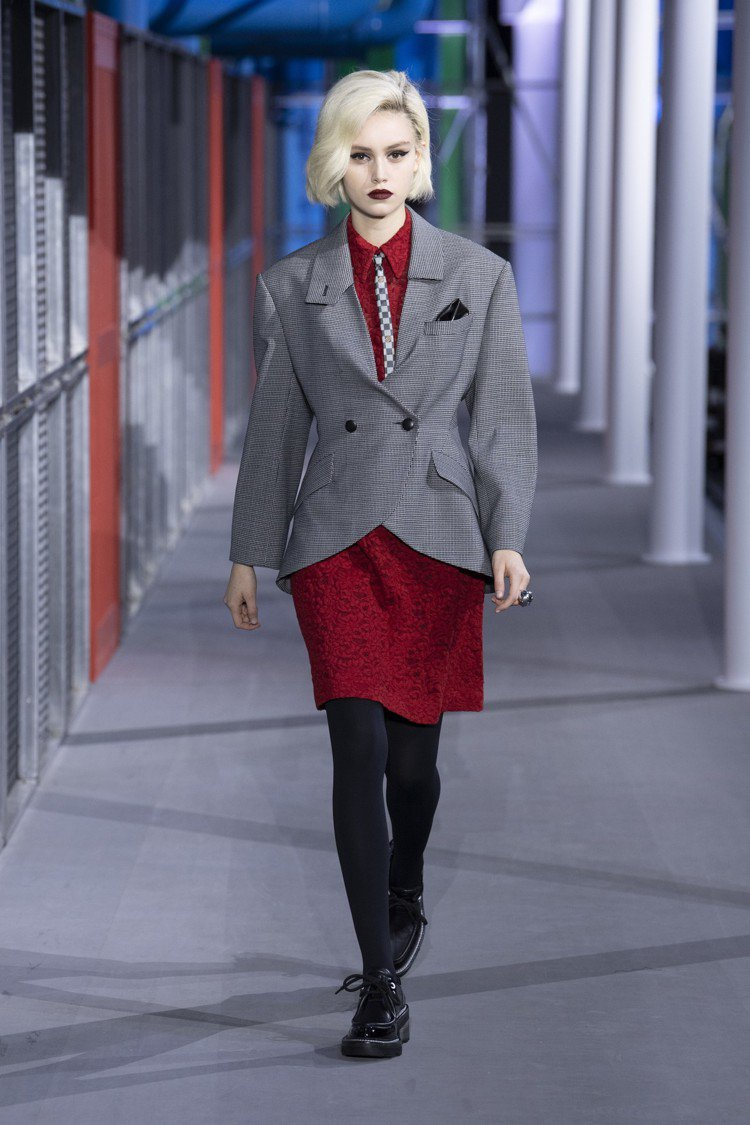 八○年代的復古樣貌與短版西裝,讓2019秋冬女裝個性鮮明。圖/LV提供