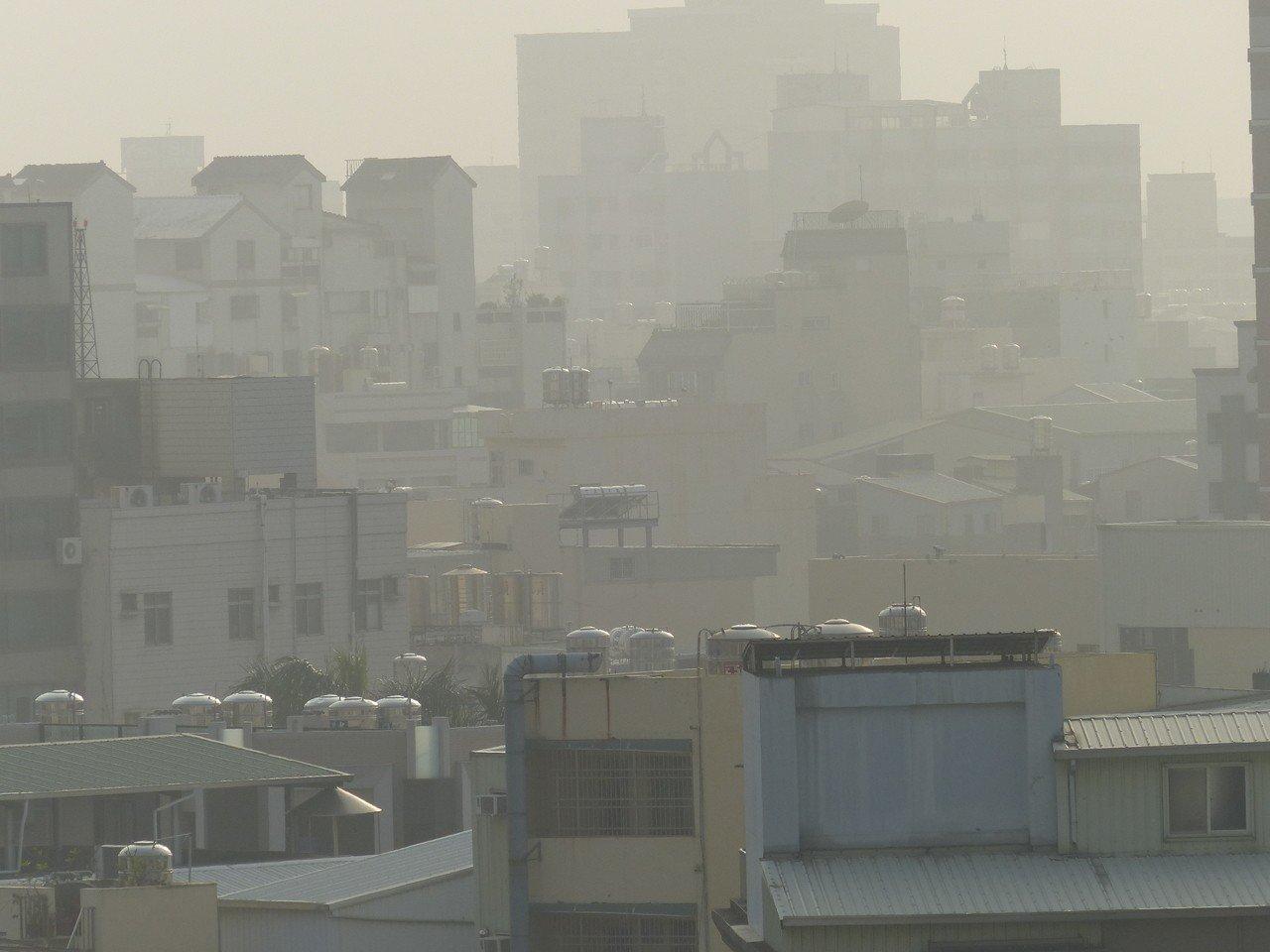 彰化縣上週末下午因東北季風減弱,PM2.5濃度偏高,市區籠罩霧霾。記者劉明岩/攝...