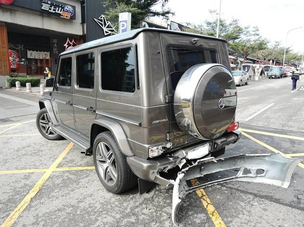 台中市林姓男子今早駕駛福斯轎車,疑未注意車前狀況,在西屯區西屯路撞上賓士休旅車G...