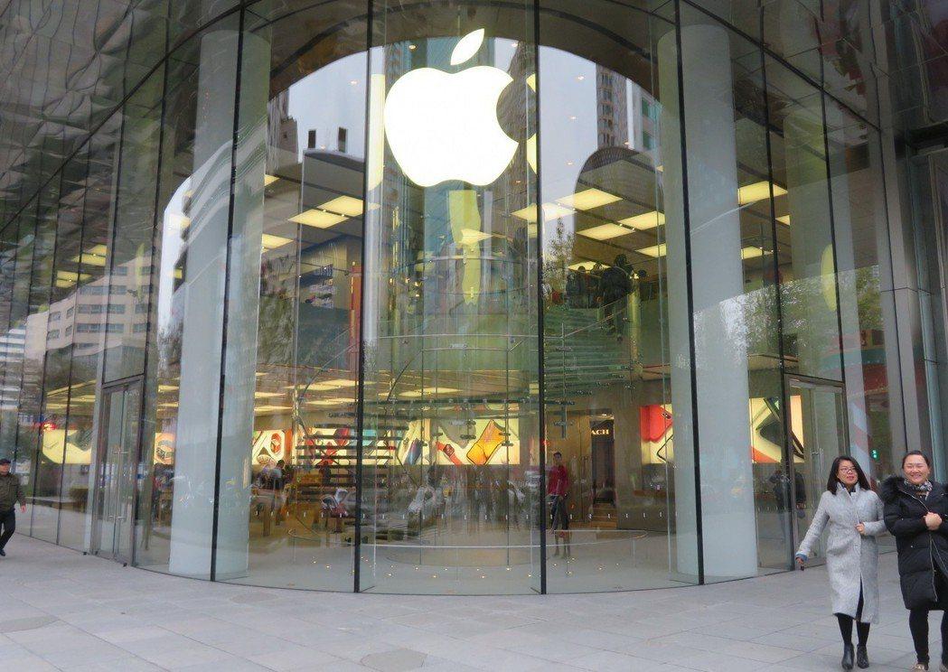 大陸電商近日再度推出iPhone降價促銷活動,這已是今年以來的第三次。圖為上海淮...