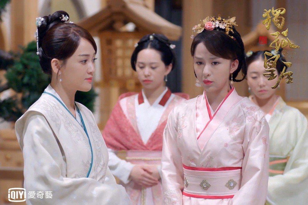 陳喬恩(左)劇中要女兒主動促成五后共治後宮。圖/愛奇藝台灣站提供