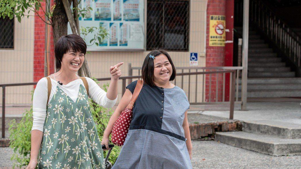 嚴藝文(左)和鍾欣凌當奧客來驗收楊貴媚經營的民宿。圖/公視提供