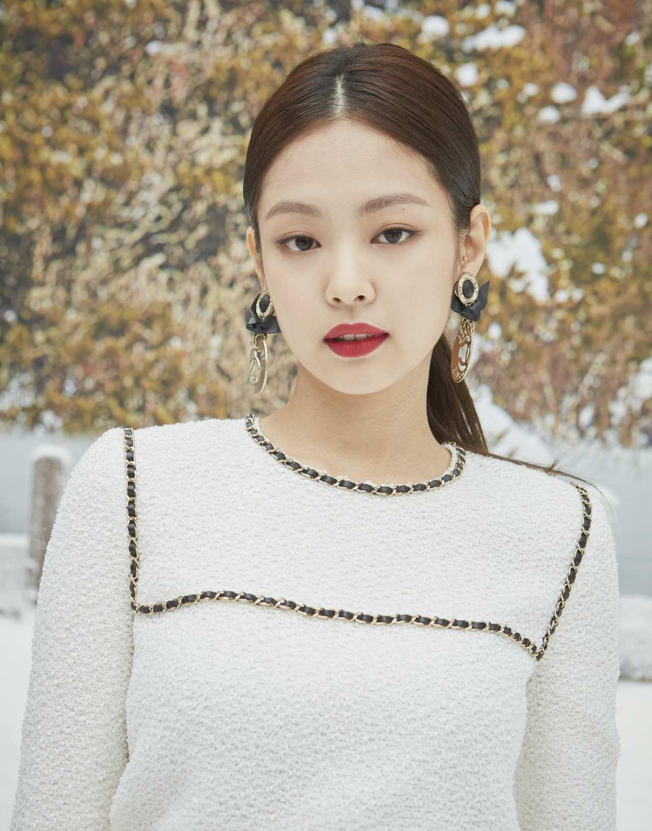 素有「人間香奈兒」美名的韓國女星Jennie Kim,則是穿著白色斜紋軟呢皮穿鍊...