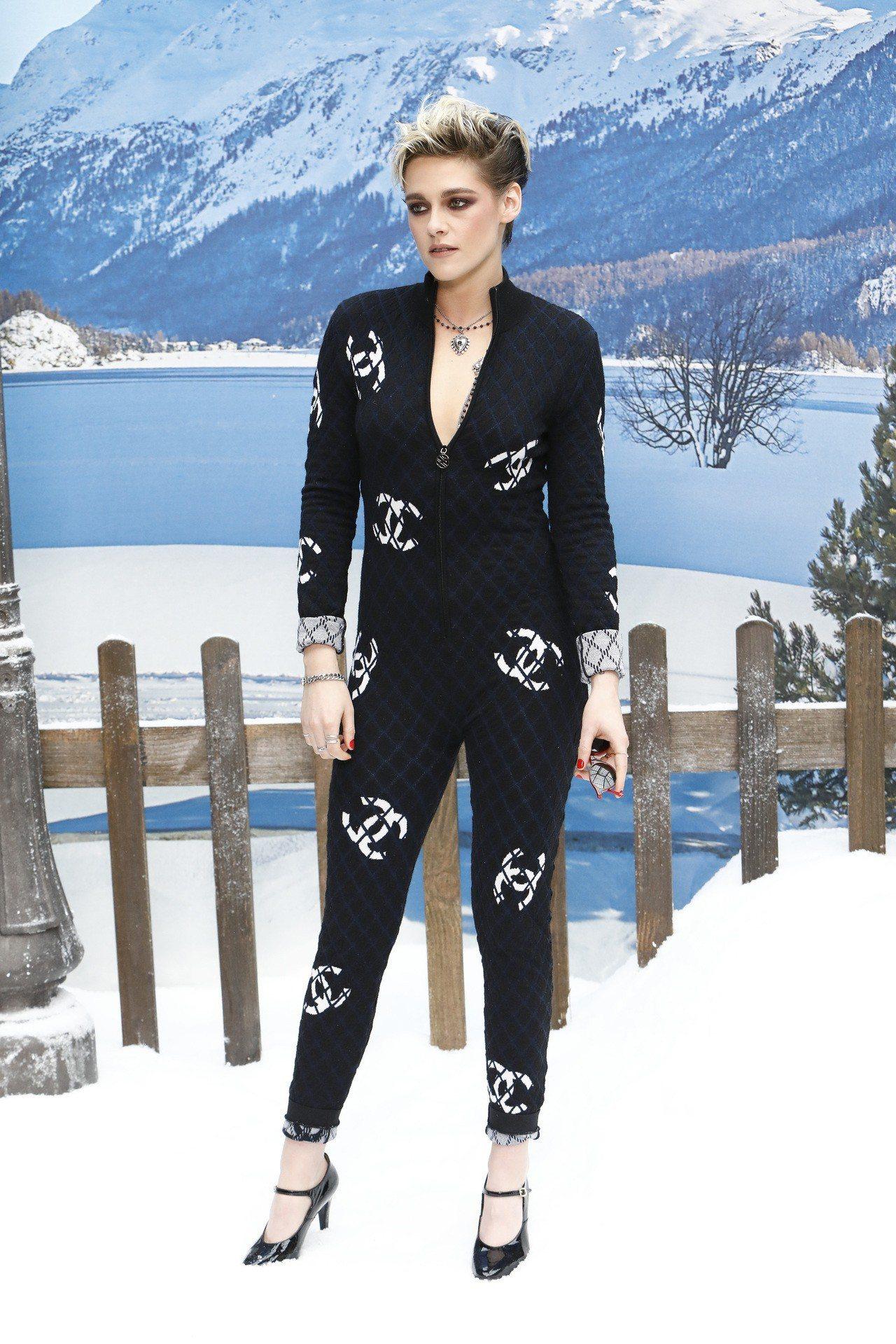 品牌大使克莉絲汀史都華的黑色菱格紋縫飾雙C Logo印花連身褲裝,帥氣之餘也強調...