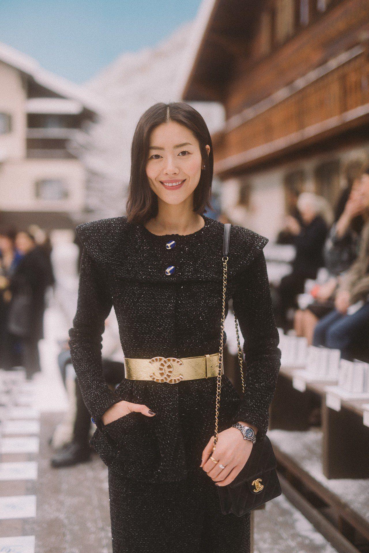 大陸超模劉雯則以黑色銀絲混織斜紋軟呢外套與同款裙子大秀優雅。圖/香奈兒提供