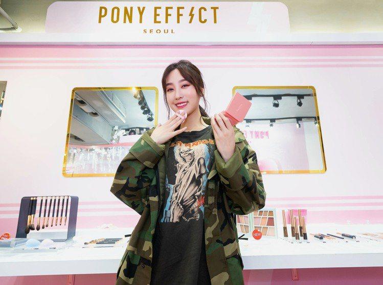 女星席惟倫到PONY EFFECT台北東區旗艦店踩點拍照。圖/PONY EFFE...