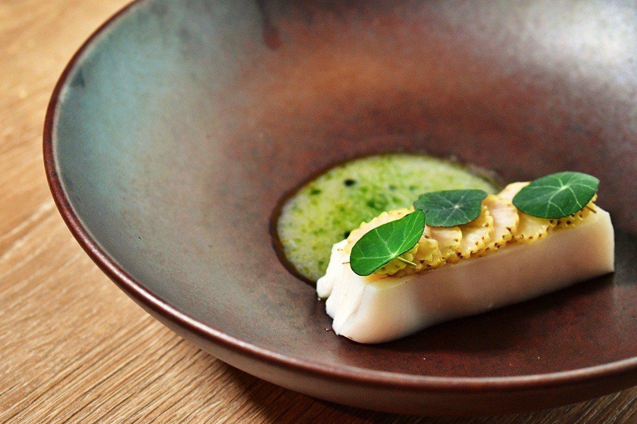 「透抽˙綠草莓˙豬背油」是北歐料理中常見的菜式。記者魏妤庭/攝影