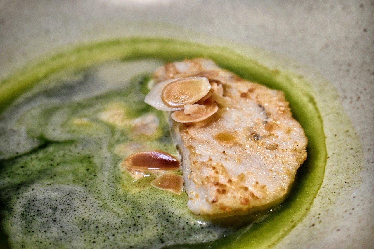 「魚˙海草˙乳化奶油」用的是西餐常見的印章魚,魚肉表面有烘烤過的豆渣粉香煎,搭配...