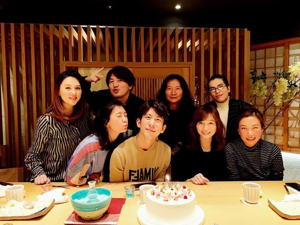 賈靜雯(前左起)作勢要吻修杰楷。圖/摘自臉書