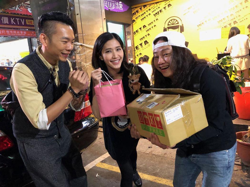 林宗興(左起)跑宣傳,梁一貞、賴銘偉以行動力挺。圖/動脈音樂提供