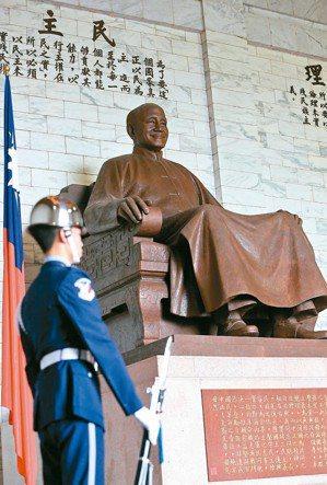 中正紀念堂轉型方案遲未公布,引發外界爭論,堂內的蔣中正銅像該不該拆除,也成昨天立...