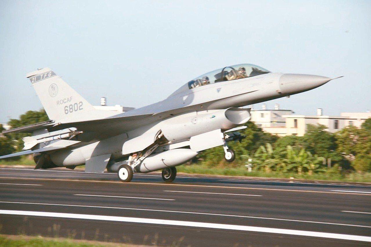 軍方人士表示,我政府向美方增購66架F-16V戰機。圖為國軍F-16戰機。 本報...