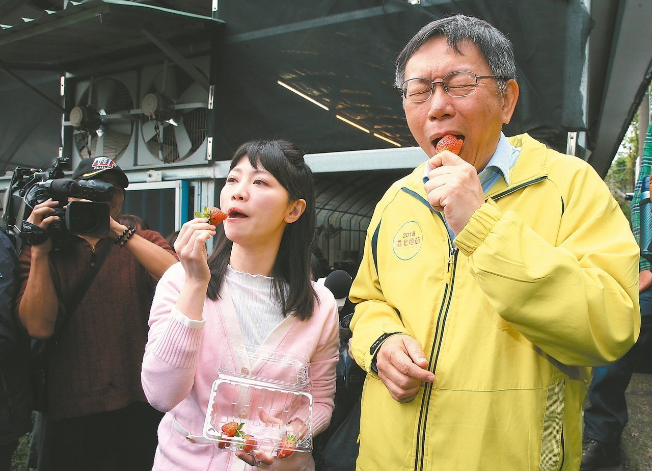 北市議員侯漢廷涉違國安法案,正在台北地院審理,他將陪同台北市長柯文哲(右)訪美,...