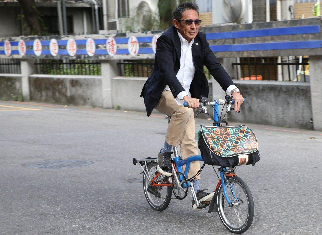 導演鈕承澤涉嫌性侵案 ,前天他西裝筆挺一派輕鬆,騎腳踏車赴北院開庭。記者林俊良/...