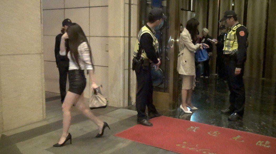 台中市警察日前到知名酒店臨檢,不少女服務生看到警方大陣仗上門,紛紛低頭走避。 圖...
