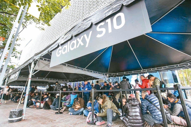 三星昨天開放台灣Galaxy S10系列產品預購取貨,一早即已有許多消費者排隊。...