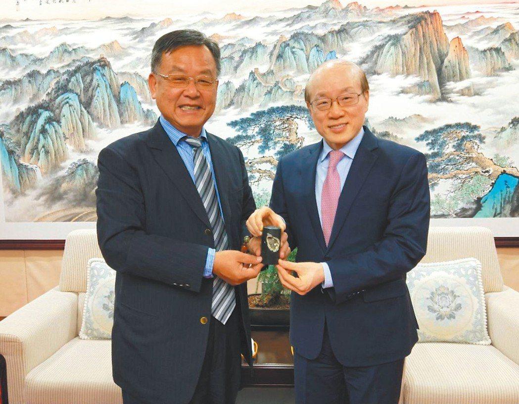 澎湖縣長賴峰偉(左)