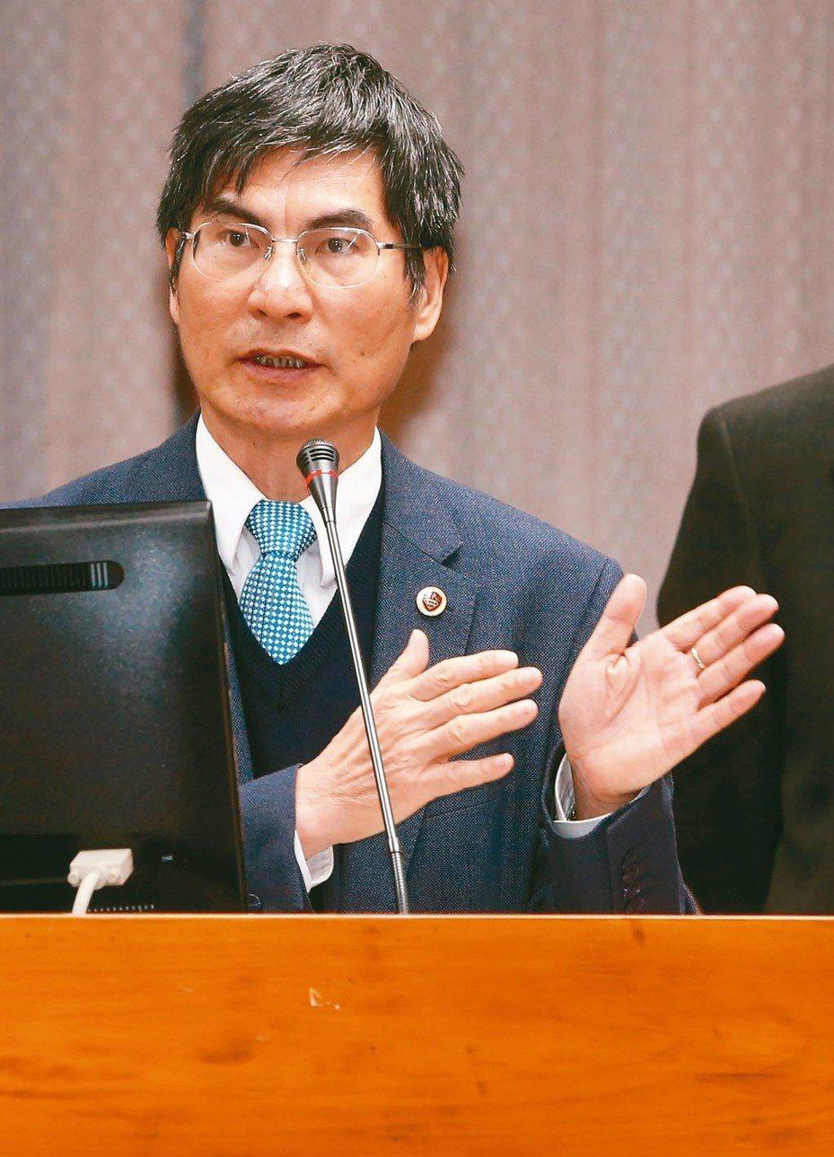 科技部長陳良基報告業務概況並備質詢,他說「台灣的低薪是結構性問題」。 記者胡經周/攝影
