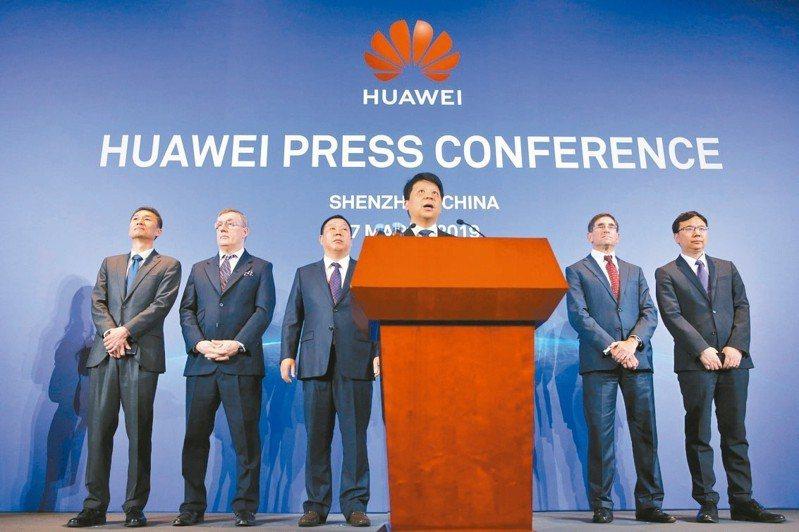 中國大陸電信巨擘華為公司的輪值董事長郭平(圖中)7日在其他高階主管面前向記者表示,向美國法院提告,挑戰美國以國安風險為由限制華為進入美國電信設備市場的規定。 美聯社
