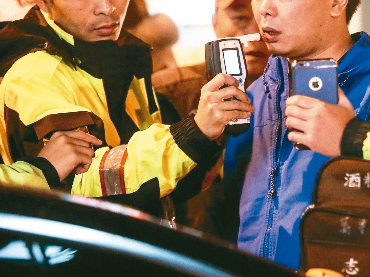 交通部公路總局今天在新北市立殯儀館禮儀廳試辦酒駕累犯道安講習。 圖/聯合報系資料...