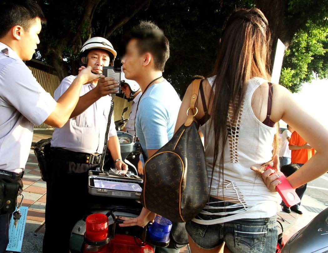 警方對車禍肇事者進行酒測。 圖/聯合報系資料照片