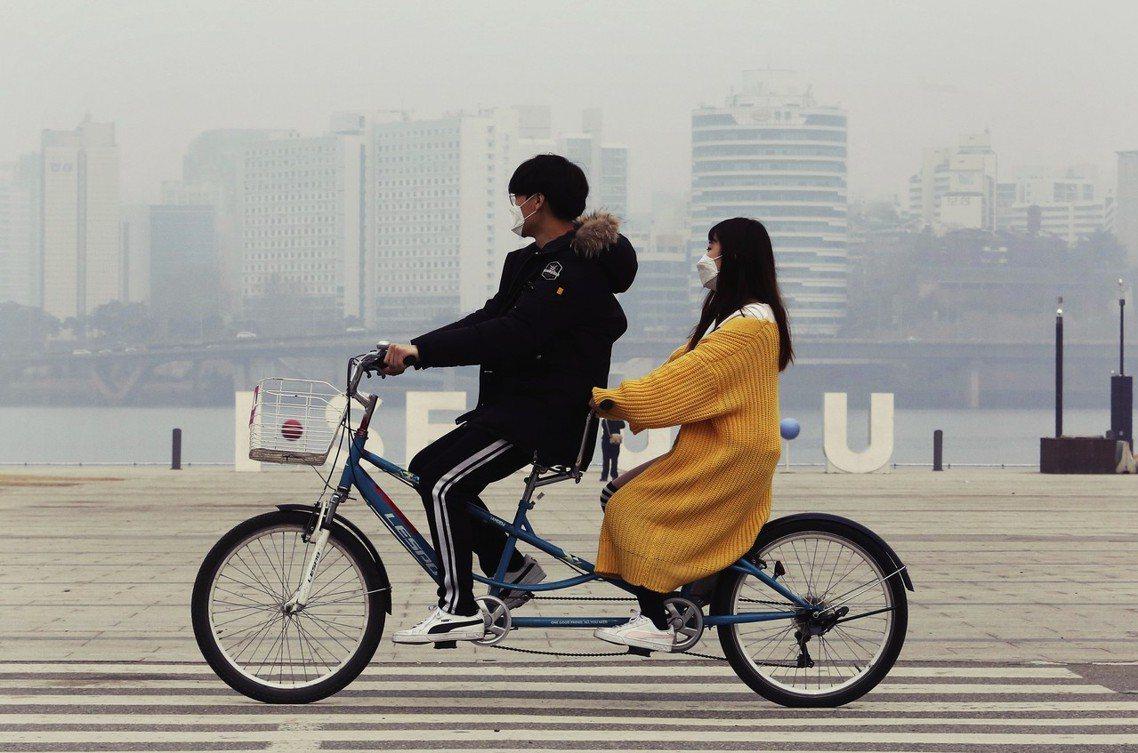 圖為3月5日的南韓首爾。本週創下近年來PM2.5汙染最高紀錄,濃度飆破每立方公尺...
