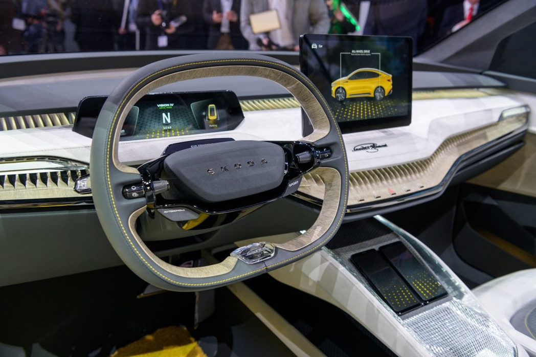 ŠKODA Vision iV方向盤與旗下現行販售中的車款不同,中央的鳥頭牌廠會...
