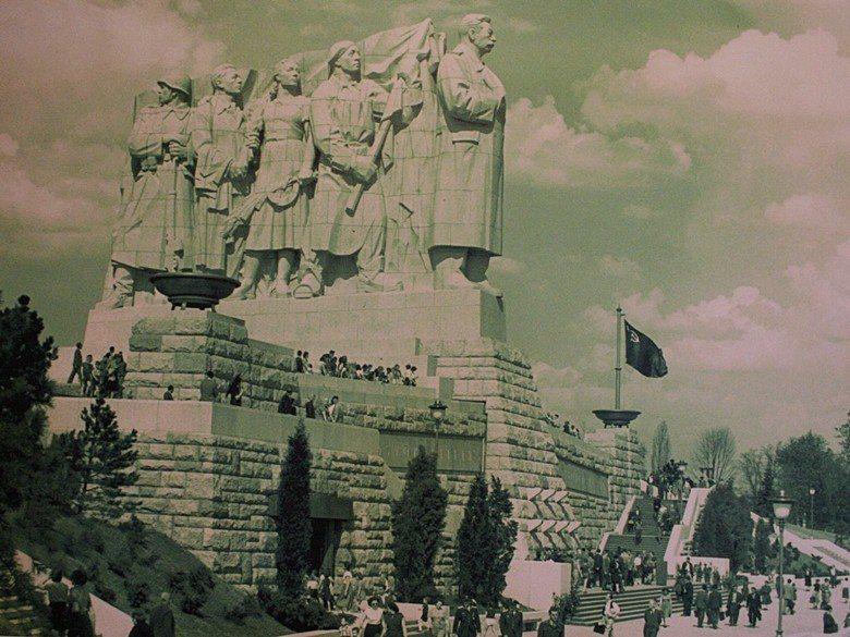 被爆破前的史達林雕像矗立在布拉格的萊特納公園Letná Park。 圖/取自Jo...