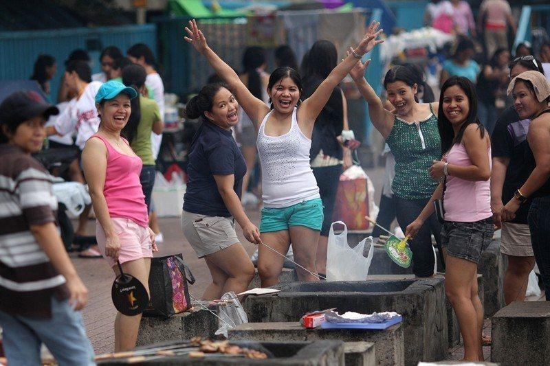 菲律賓移工們的週末相聚時光,攝於香港。 圖/法新社