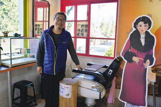 台南玉井糖廠理髮廳變身懷舊咖啡冰果室,老闆展示理髮廳文物。 圖片來源/聯合報系