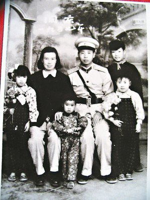 二月河(右一)年幼時與家人合影照,(右三)是父親凌爾文,(右五)則是母親馬翠蘭。...