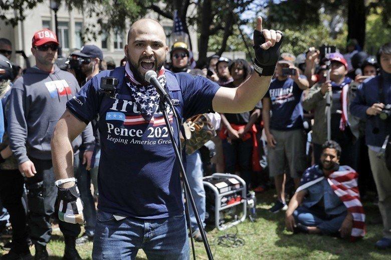 2017年加州柏克萊大學極右學生團體「柏克萊愛國者」舉辦「言論自由週」活動,準備...