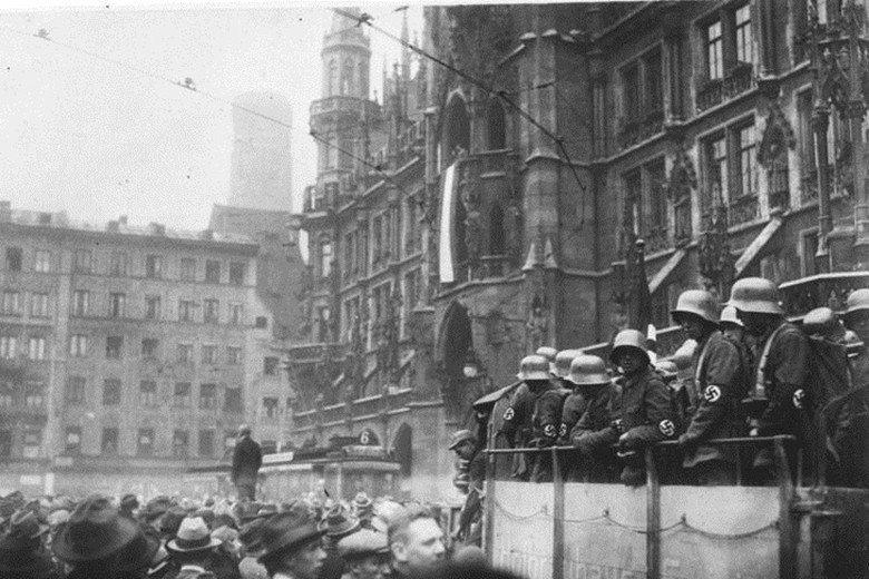 納粹黨發動推翻威瑪共和的啤酒屋政變,主謀希特勒因而被判坐牢5年,卻開啟往後納粹轉...
