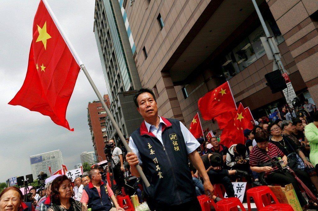 統促黨成員揮揚五星旗。 圖/路透社